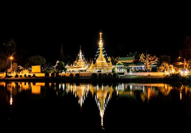 Riflessione della luce notturna di wat chong kham situato nel distretto di muang, provincia di mae hong son, thailandia Foto Premium