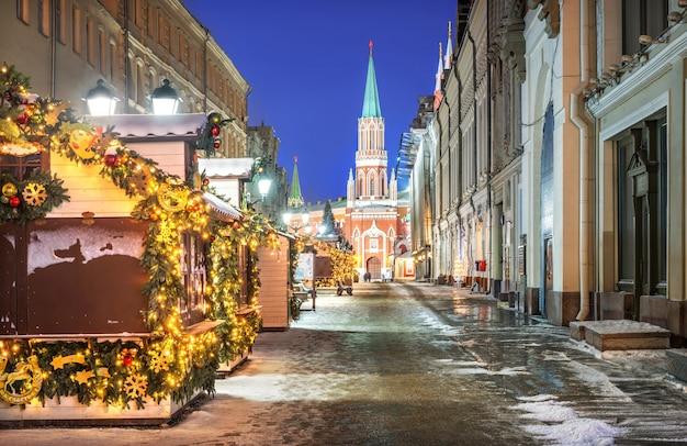 Via nikolskaya a mosca con vista sulla torre nikolskaya del cremlino e case-negozi Foto Premium