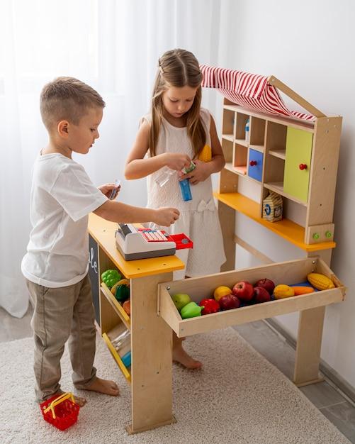 Bambini non binari che giocano in casa Foto Premium