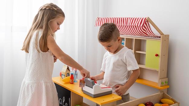 Bambini non binari che giocano al chiuso Foto Premium