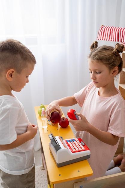 Bambini non binari che giocano insieme a casa Foto Premium