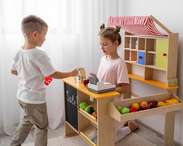 Bambini non binari che giocano insieme al chiuso Foto Premium