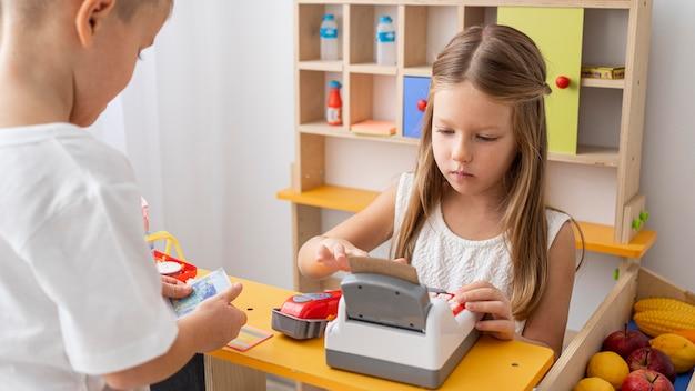 Bambini non binari che giocano insieme Foto Premium