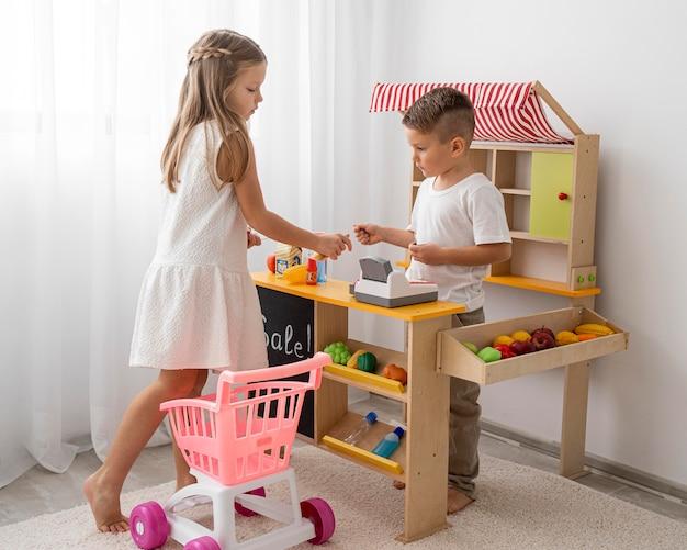 Bambini non binari che giocano Foto Premium