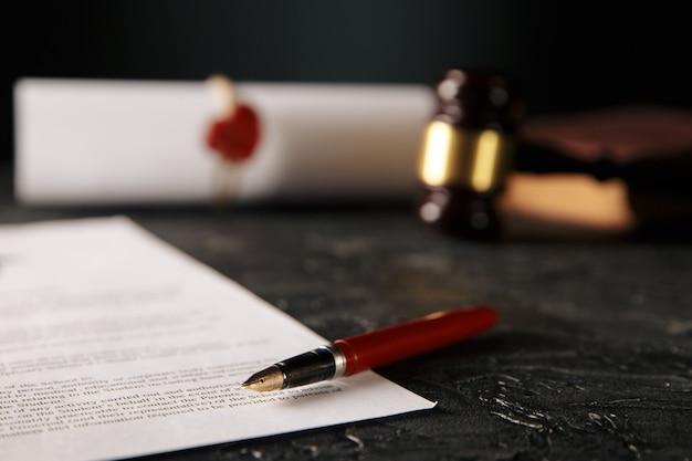 Documenti notarili con penna, martelletto di legno e timbro isolato Foto Premium