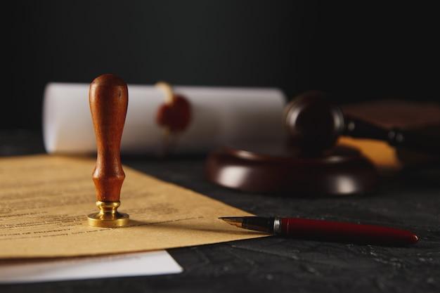 Penna e timbro del notaio su testamento e testamento. strumenti notarili. Foto Premium