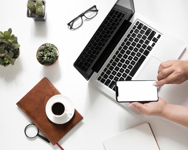 Composizione di elementi di office su sfondo bianco Foto Premium