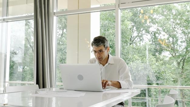 Impiegato, uomo d'affari utilizza un computer portatile Foto Premium