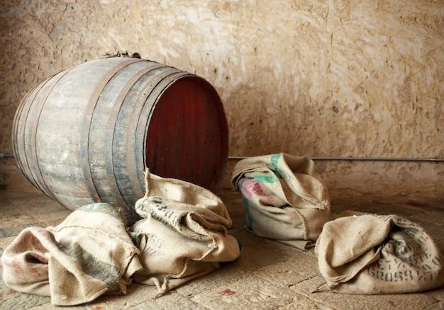 Vecchia botte con sacchi di iuta. Foto Premium