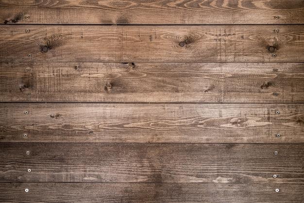 Vecchio fondo di legno marrone fatto di legno naturale scuro nello stile di lerciume. struttura piallata cruda naturale del pino. la superficie del tavolo per sparare disteso. copia spazio. Foto Premium