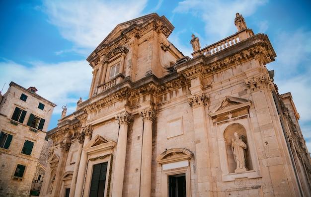 Il vecchio edificio della cattedrale dell'assunzione della vergine maria a dubrovnik, croazia Foto Premium