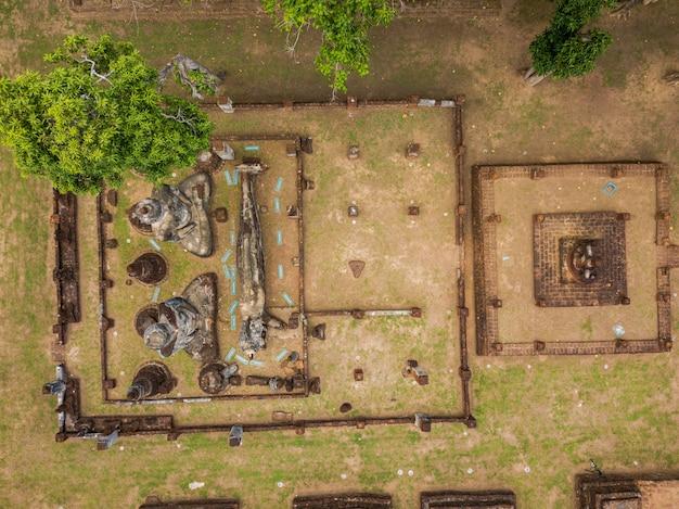 Vecchio castello vista da drone Foto Premium