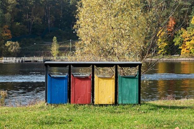 Vecchi cestini colorati nel parco. Foto Premium