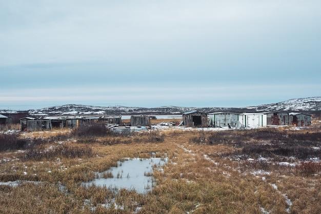 Vecchi garage nel villaggio artico settentrionale di lodeynoye, penisola di kola Foto Premium
