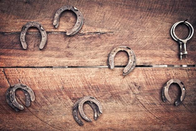 Vecchio ferro di cavallo su legno per stile vintage Foto Premium