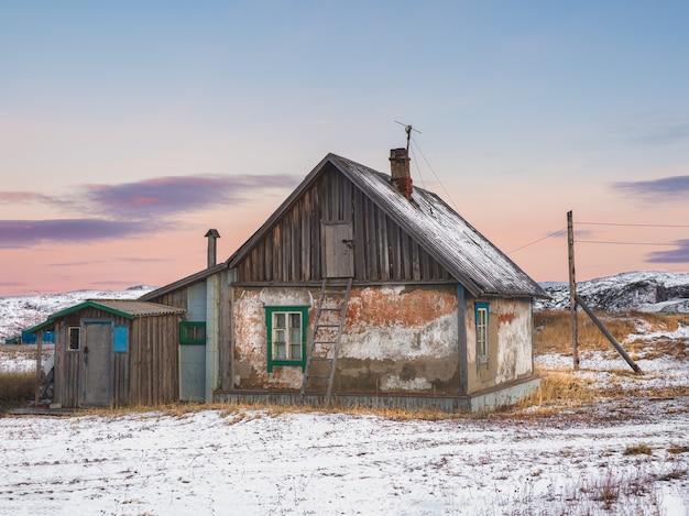 Una vecchia casa con una scala per la soffitta Foto Premium