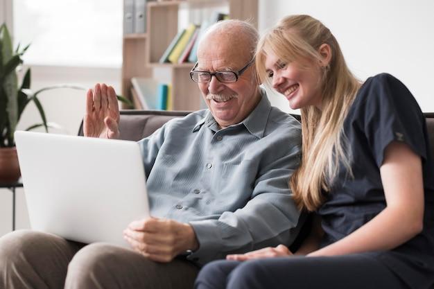 Famiglia di videochiamate dell'uomo anziano dalla casa di cura Foto Premium