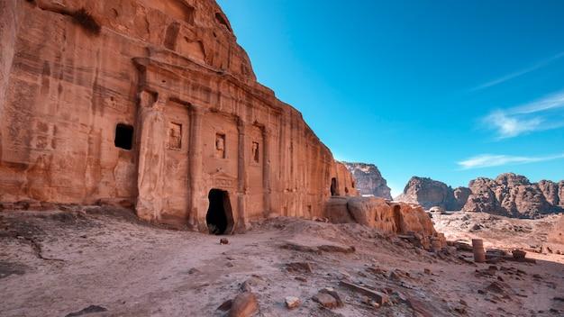 Vecchia tomba con colonne nell'antica città di petra, in giordania tra le rocce Foto Premium