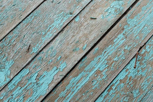 Vecchia tavola di legno turchese con chiodi arrugginiti. trama di sfondo vintage Foto Premium
