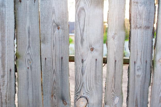 Il vecchio legno recinta il villaggio vicino alla casa Foto Premium