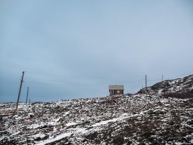 Un vecchio capanno da caccia in legno sulla collina polare Foto Premium