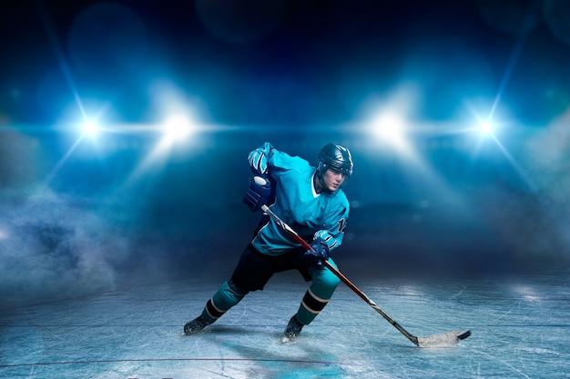 Un giocatore di hockey sul ghiaccio Foto Premium