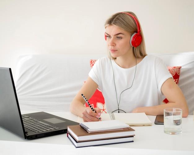Lezioni online con lo studente che indossa le cuffie rosse Foto Premium