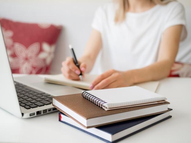 Lezioni online con la scrittura degli studenti Foto Premium