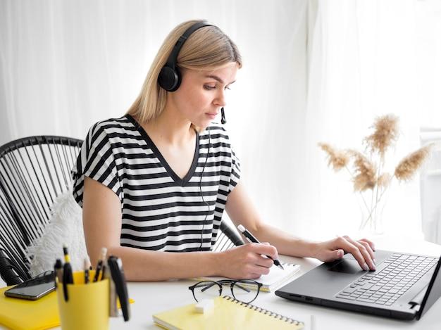 Studenti e laptop con corsi remoti online Foto Premium