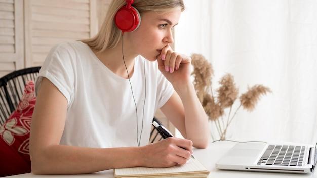 Studenti di corsi remoti online pensando Foto Premium