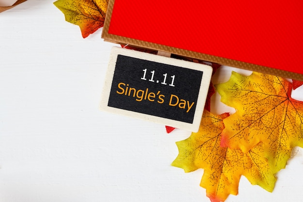 Acquisto in linea della cina, concetto di vendita di giorno del singolo 11.11. mini lavagna per testo e foglia d'acero con vendita di testo 11.11 single's day su sfondo bianco. Foto Premium