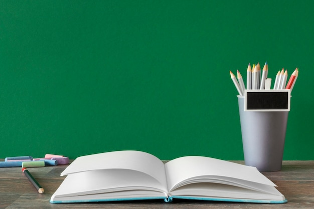Libro aperto copia spazio felice giorno dell'insegnante concetto Foto Premium