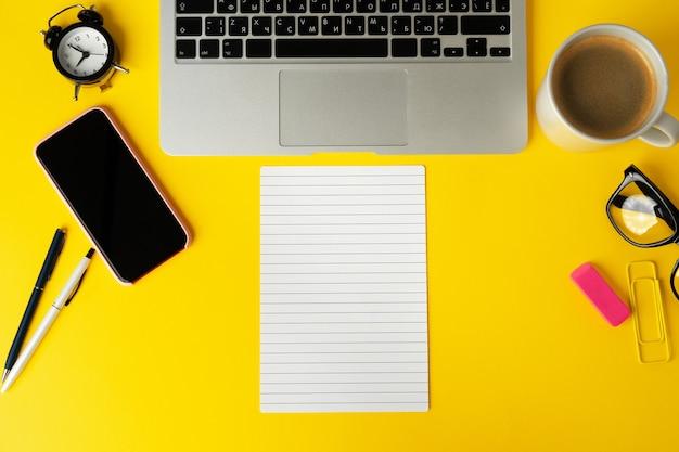 Aprire il laptop con il taccuino in bianco, vista dall'alto Foto Premium