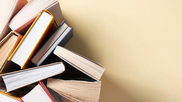 Libri aperti sul tavolo con spazio di copia Foto Premium