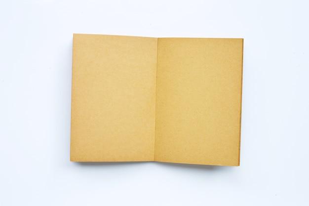 Vecchio libro aperto isolato su bianco. copia spazio Foto Premium