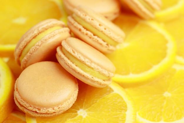 Gli amaretti francesi aromatizzati all'arancia sono nella panetteria. Foto Premium