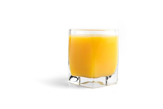 Succo d'arancia in vetro isolato su bianco. Foto Premium