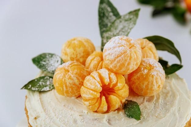 Mandarini arancioni con foglie verdi si chiudono. Foto Premium