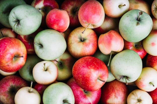 Una vista dall'alto di mele verdi e rosse Foto Premium