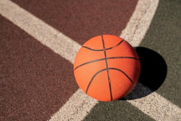 Panoramica dell'attrezzatura da basket sull'incrocio di due linee bianche sullo stadio o sul campo di gioco Foto Premium