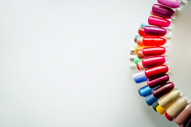 Tavolozza con campioni di smalto. una raccolta di campioni di vernice per manicure. unghie sane messa a fuoco selettiva copyspace. campioni di design per unghie Foto Premium