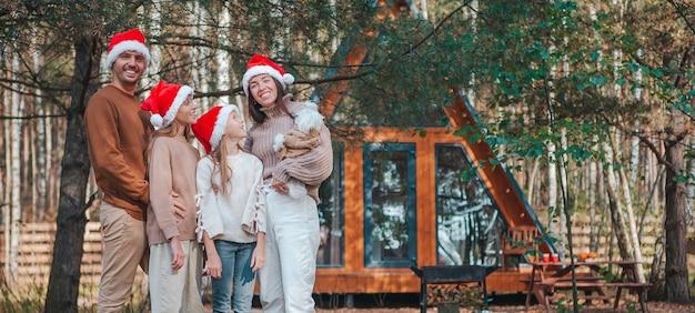 Panorama della famiglia felice in vacanza di natale all'aperto Foto Premium