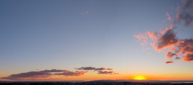 Vista panoramica della città, dell'oceano e della montagna al tramonto. Foto Premium