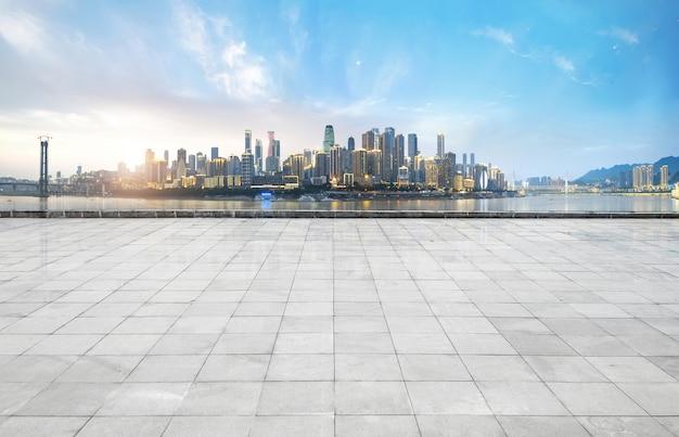 Orizzonte e costruzioni panoramici con il pavimento quadrato concreto vuoto, chongqing, porcellana Foto Premium