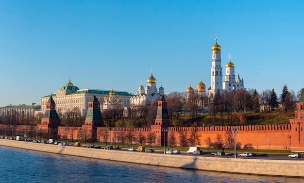 Vista panoramica del cremlino di mosca con chiese, russia Foto Premium