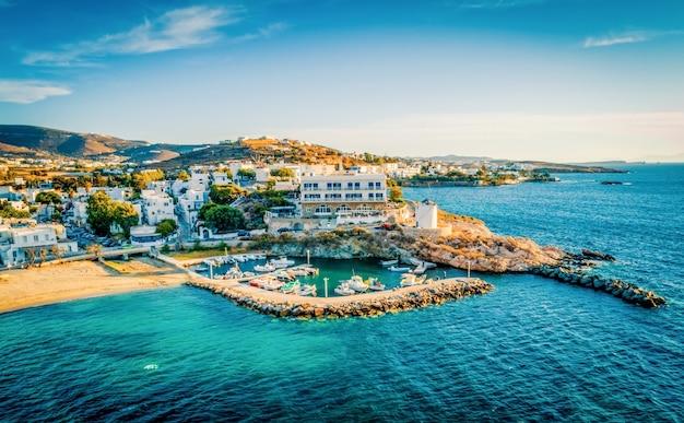 Punto di vista panoramico del costo scenico dal bellissimo mare paros grecia Foto Premium