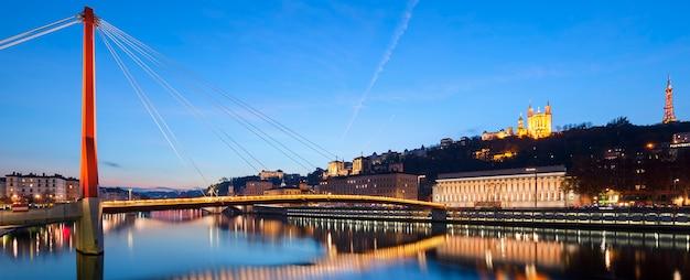 Vista panoramica del fiume saone al tramonto, lione, francia. Foto Premium