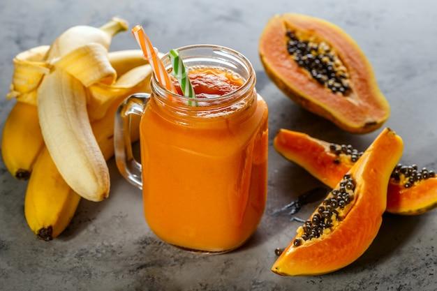 Frullato di papaia, fuoco selettivo. detox, dieta alimentare, cibo vegetariano, concetto di mangiare sano. Foto Premium