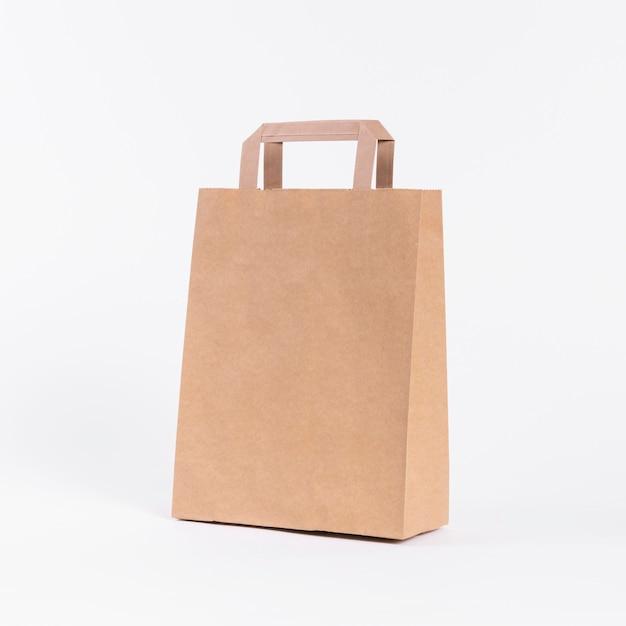 Borsa di carta per lo shopping su sfondo bianco Foto Premium