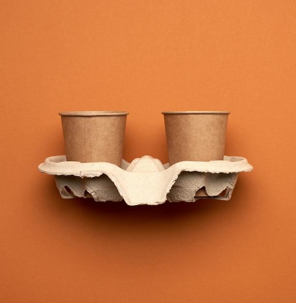Bicchieri di carta da carta artigianale marrone e supporti di carta riciclata Foto Premium